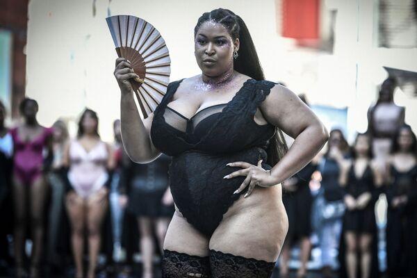 Modelka s vějířem na akci All Sizes Catwalk v Paříži - Sputnik Česká republika