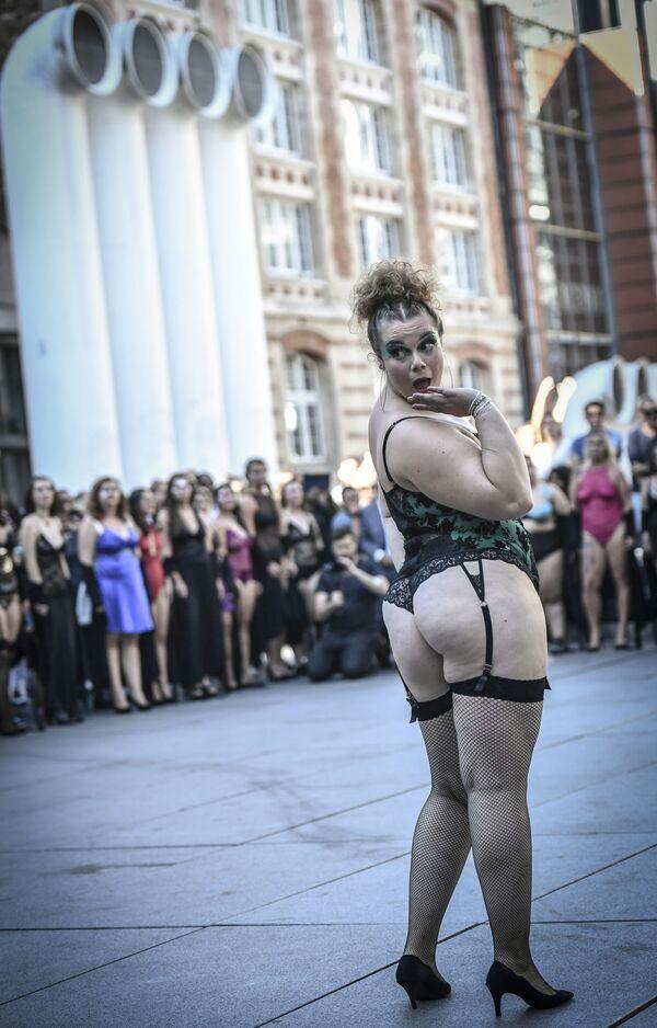 Modelka v punčochách na přehlídce All Sizes Catwalk v Paříži - Sputnik Česká republika
