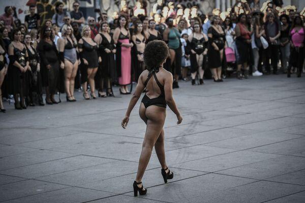 Modelka v černých plavkách na přehlídce All Sizes Catwalk v Paříži - Sputnik Česká republika