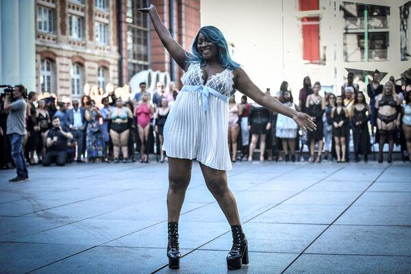 Modelky s modrými vlasy na přehlídce All Sizes Catwalk v Paříži - Sputnik Česká republika