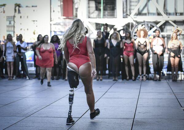 Modelka s protézou na přehlídce All Sizes Catwalk v Paříži - Sputnik Česká republika