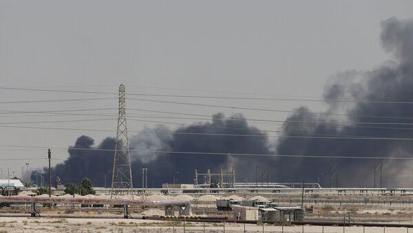 Kouř po dronovém útoku na objekty Saudi Aramco v Abkajku - Sputnik Česká republika