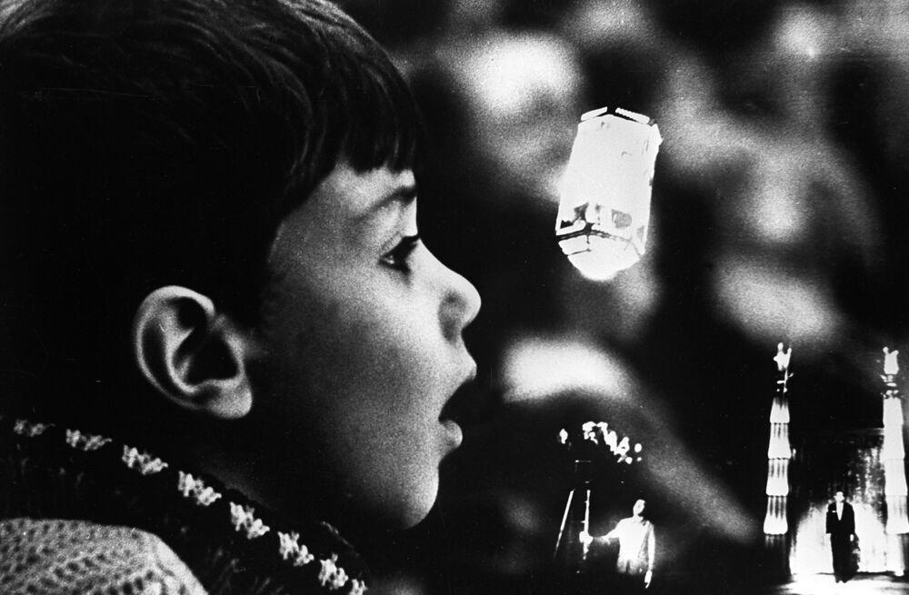 Chlapec sledující cirkusové představení umělce a iluzionisty Igora Kia v aréně moskevského cirkusu na ulici Cvětnoj bulvar, rok 1967.