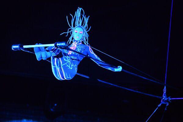 """Gymnastka Ksenija Jelkina během cirkusové show s názvem """"UFO. Cirkus z jiné planety"""" ve Velkém moskevském cirkusu, rok 2014. - Sputnik Česká republika"""