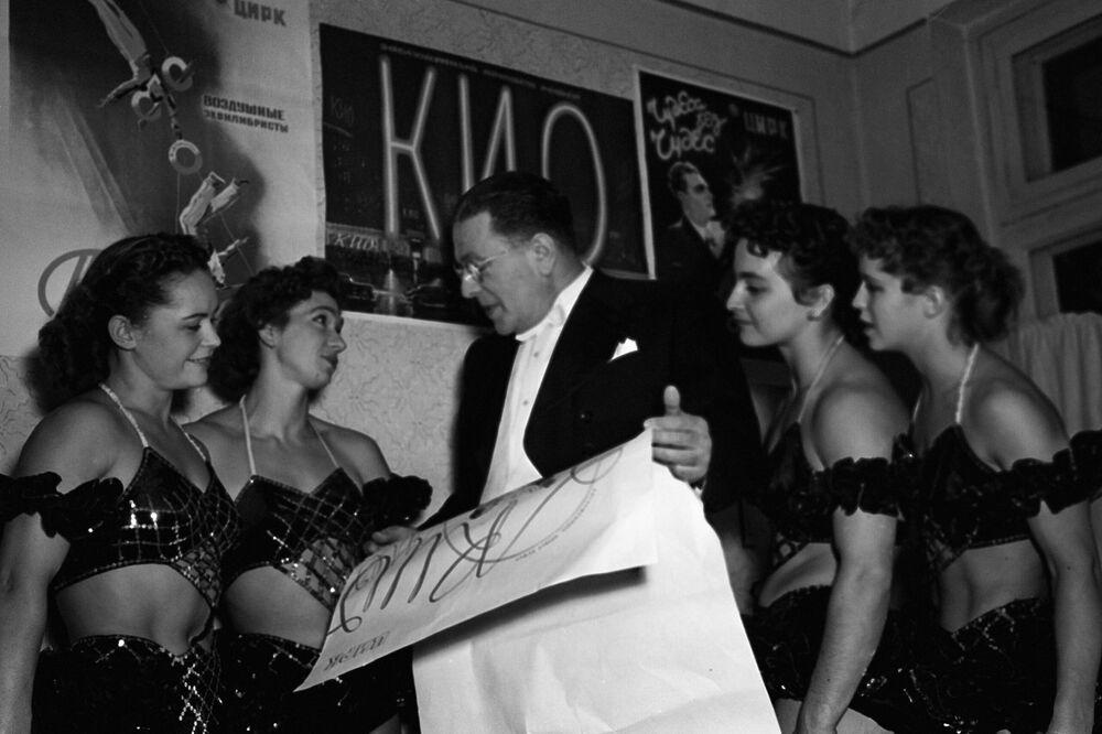 Iluzionista Emil Kio a gymnastky v moskevském cirkusu, rok 1957.