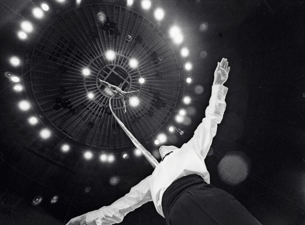 Akrobati Rosa a Jurij Polovněv vystupují v moskevském cirkusu, rok 1969.