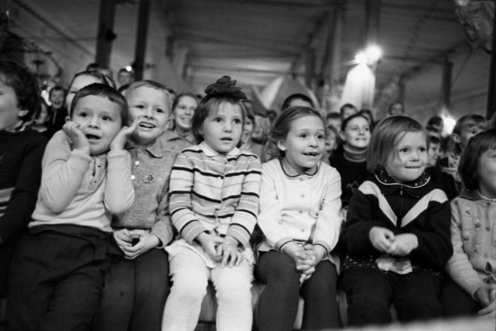 Děti na cirkusovém představení ve Výstavní síni Stará manéž v Moskvě, rok 1969.