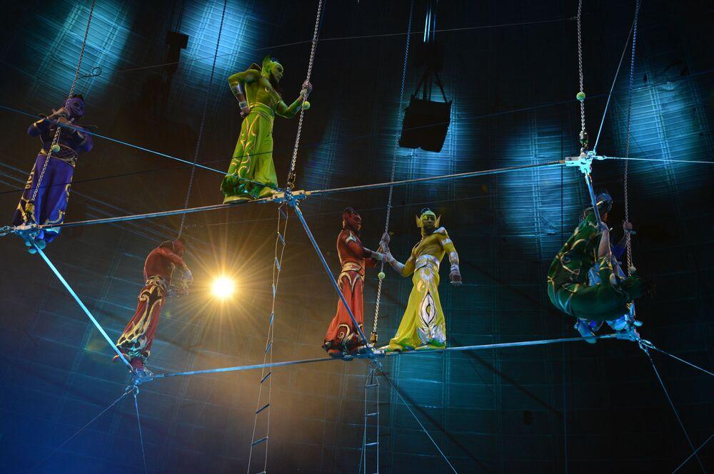 Gymnastky během představení pod vedením ruského umělce Eduarda Kolychalova v nové show v Moskvě, rok 2014.