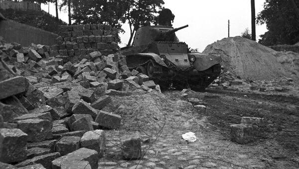 Sovětský tank projíždí hranici Běloruska v oblasti města Vilnius, které před vypuknutím 2. světové válce patřilo Polsku (1939) - Sputnik Česká republika