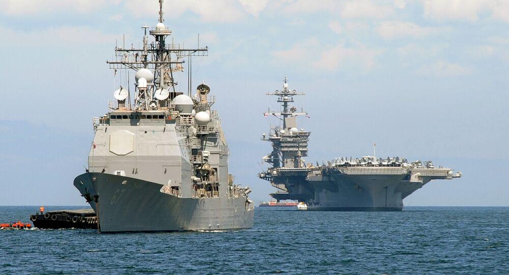 Americká letadlová loď Carl Vinson (R)  a křižník  USS Bunker Hill (L)  v Arabském moři