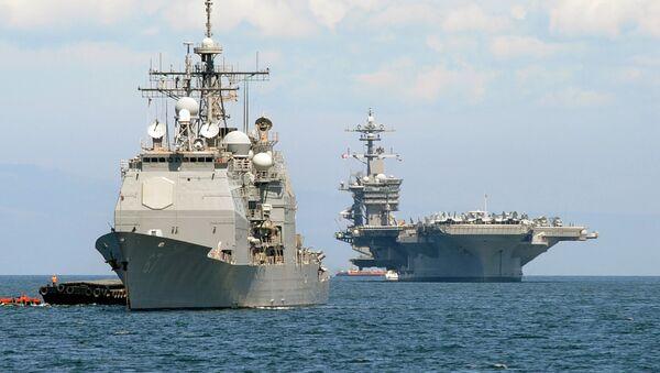 Americká letadlová loď Carl Vinson (R)  a křižník  USS Bunker Hill (L)  v Arabském moři  - Sputnik Česká republika