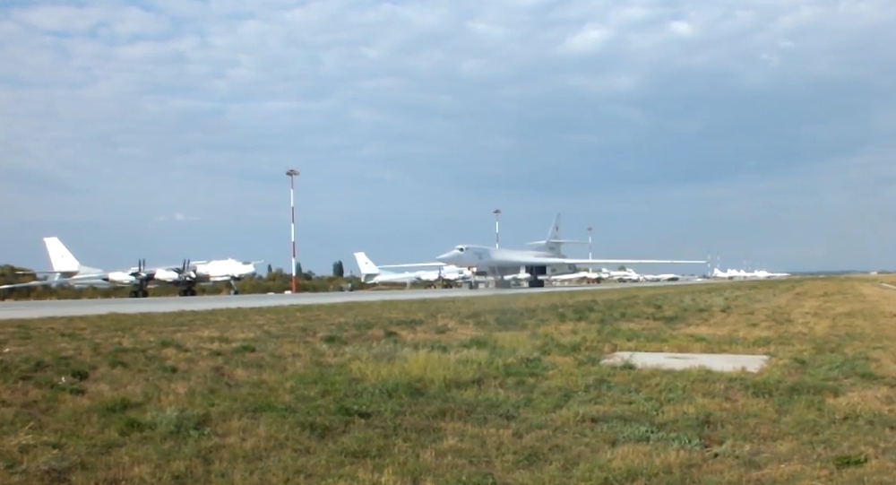 Video: Stíhací letouny pěti zemí nad Baltským mořem doprovodily dva ruské letouny Tu-160