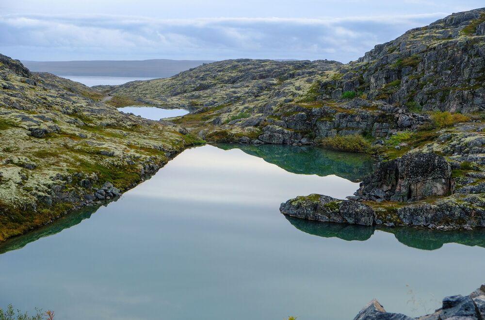 Výhled na horniny na Rybářský poloostrov v Murmanské oblasti.