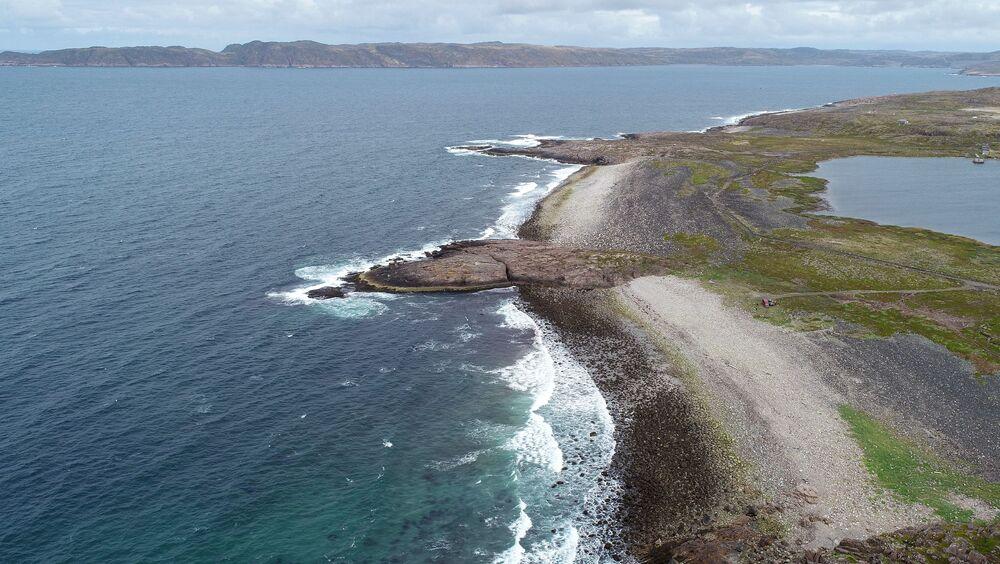 Pobřeží Barentsova moře nedaleko vesnice Lodějnoje v Murmanské oblasti.