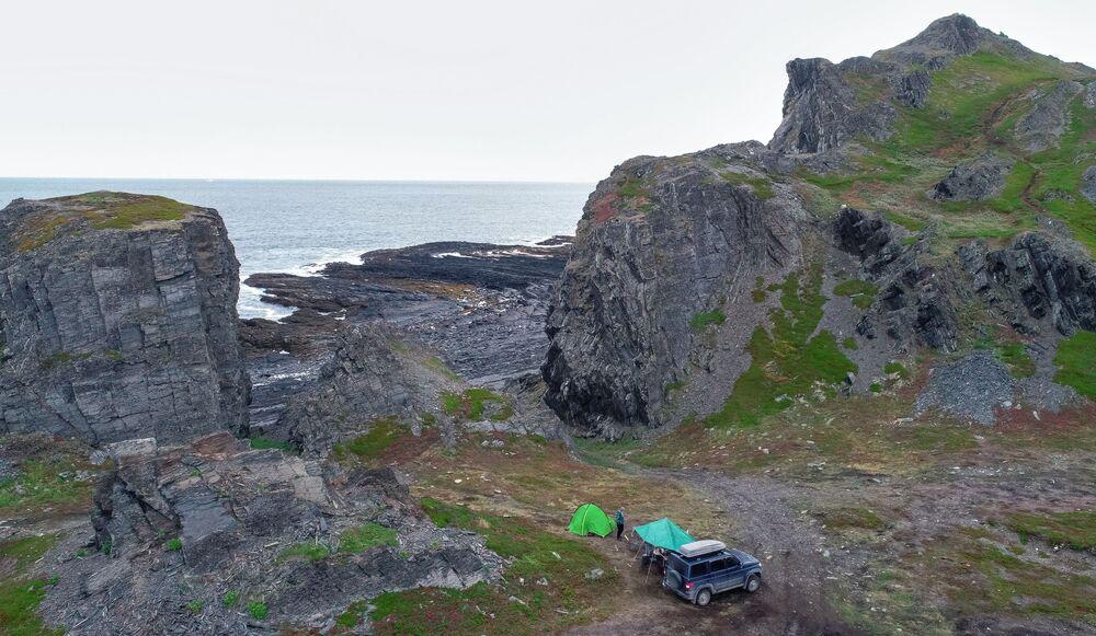 Turistický tábor na Německém mysu na Rybářském poloostrově v Murmanské oblasti.