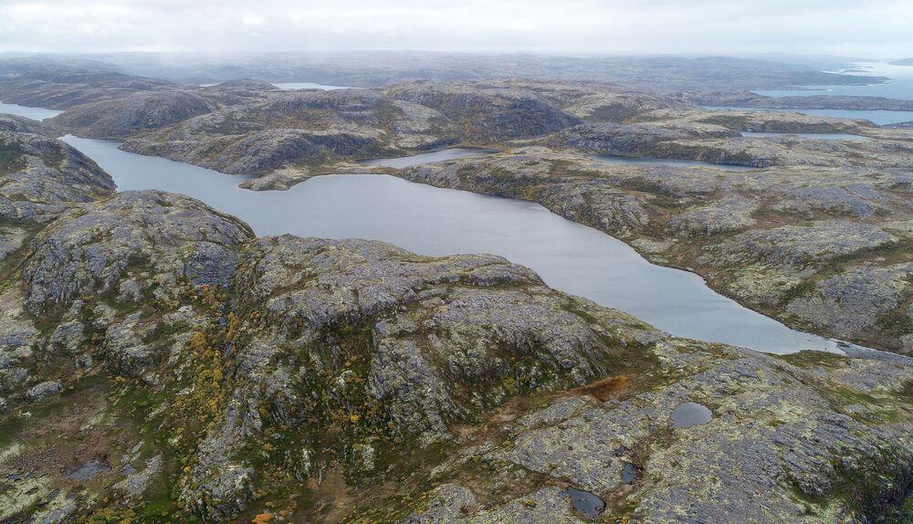Pohled na tundru s jezery v okolí vesnice Lodějnoje v Murmanské oblasti.