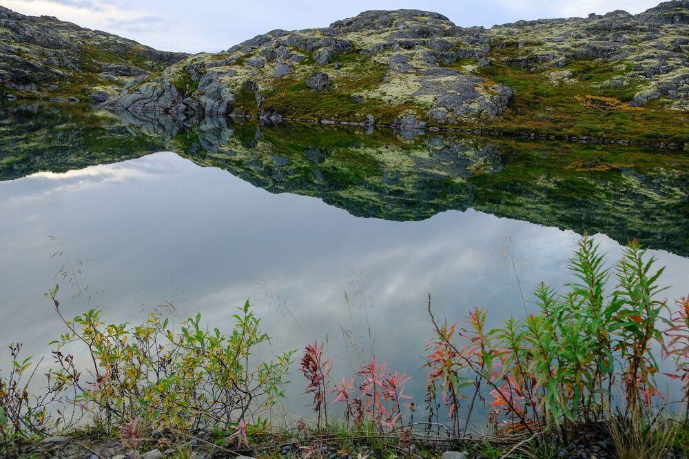 Výhled na horniny na Rybářský poloostrov v Murmanské oblasti