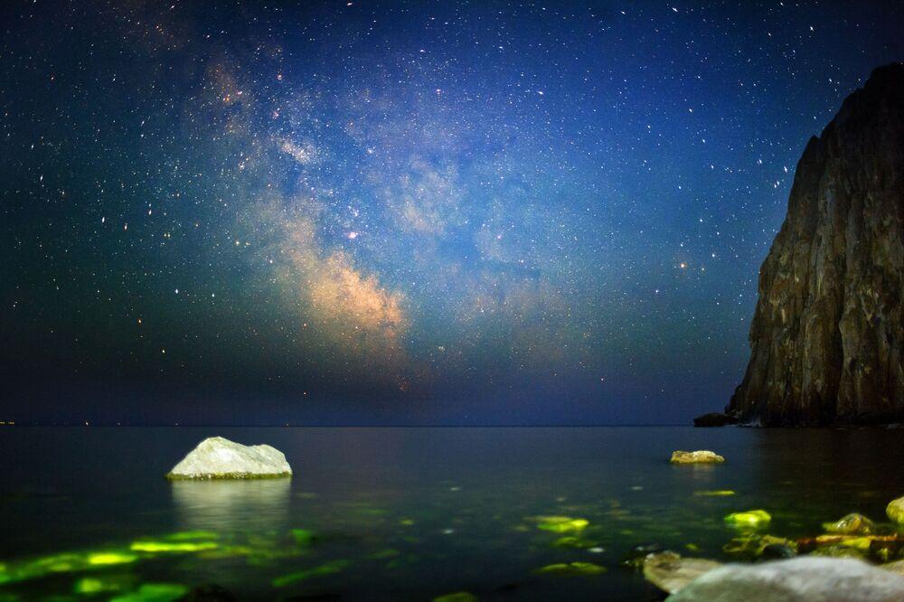 Stáří jezera je odhadováno na 25 až 35 milionů let. Jeho vznik je ale záhadou