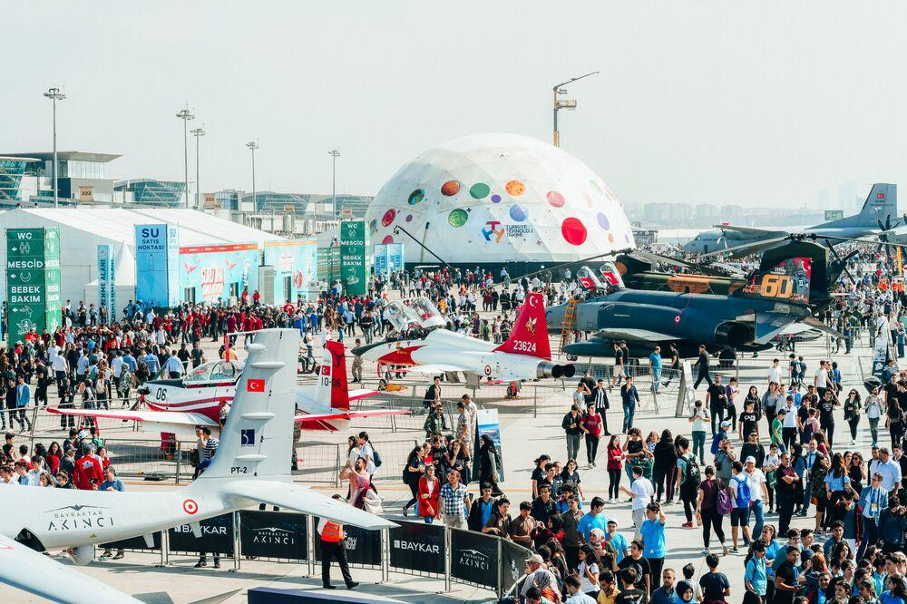 V rámci festivalu probíhají výstavy Astronomického planetária, letadel a pozemního vybavení, interaktivní výstava Letecký tunel a další.
