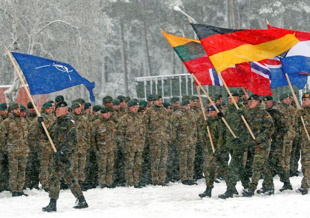 Vojáci NATO během cvičení na vojenské základně Rukla v Litvě