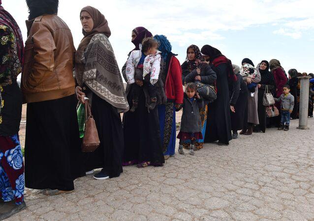 Syrští uprchlíci opouští provincii Idlib přes přechod Abu Adh Dhuhur