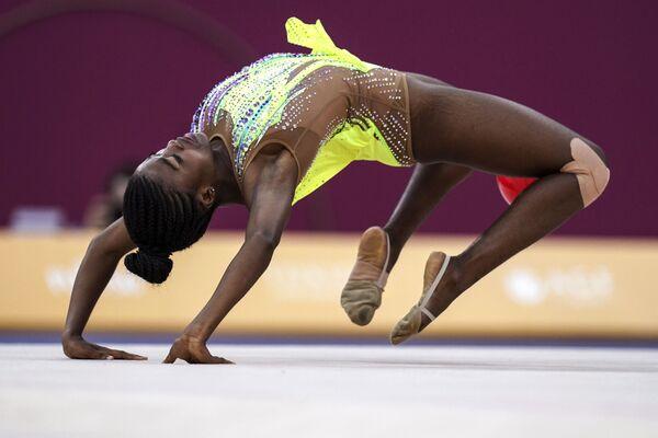 Alice Thomas (Angola) cvičí s míčem. - Sputnik Česká republika