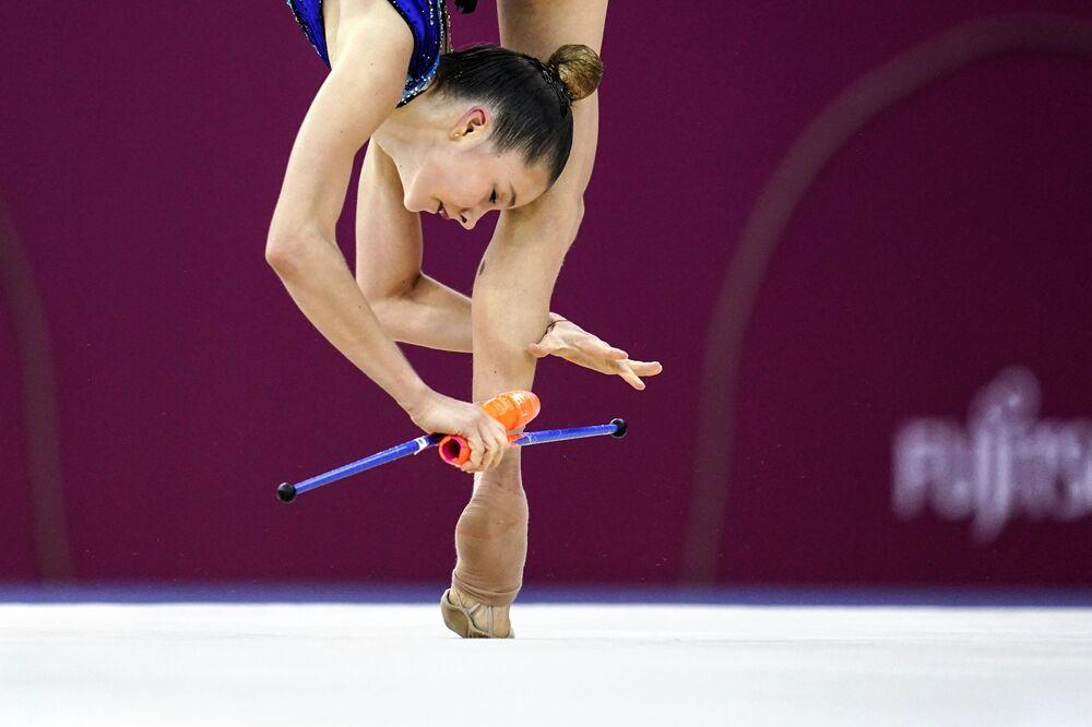 Sofia Maffeis (Itálie) cvičí s kužely.