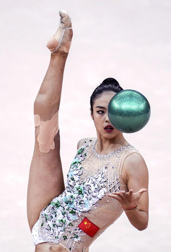Zhao Yatin (Čína) cvičí s míčem. - Sputnik Česká republika