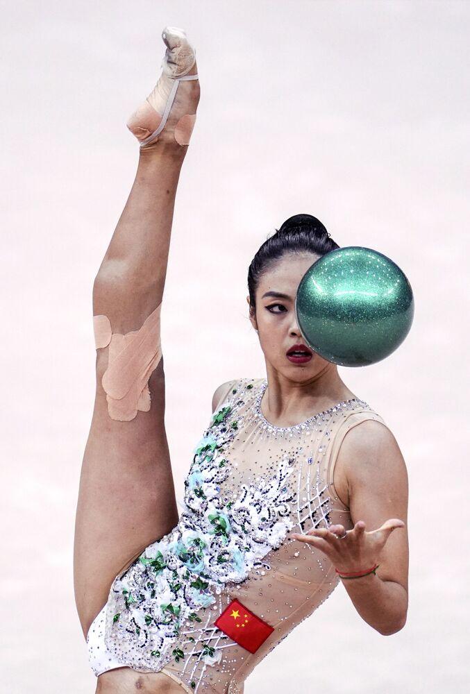 Zhao Yatin (Čína) cvičí s míčem.