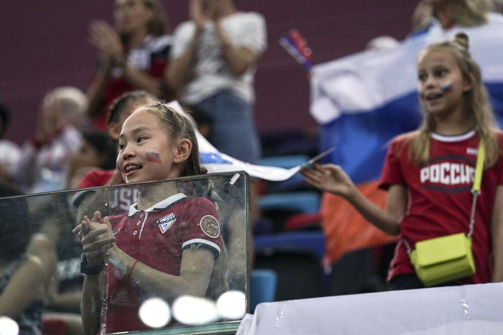 Mladí ruští fanoušci během gymnastické soutěže.