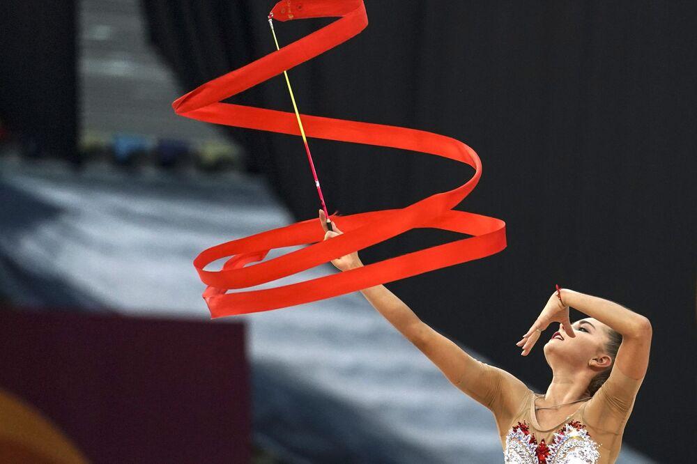 Dina Averinová (Rusko) cvičí se stuhou.