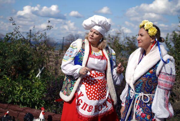 Účastníci festivalu v tradičních krojích - Sputnik Česká republika