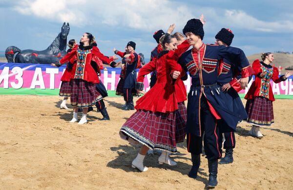 Divadelní účastníci předvádějí tradiční tanec - Sputnik Česká republika