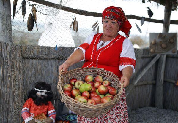 Účastnice festivalu s košem ovoce - Sputnik Česká republika