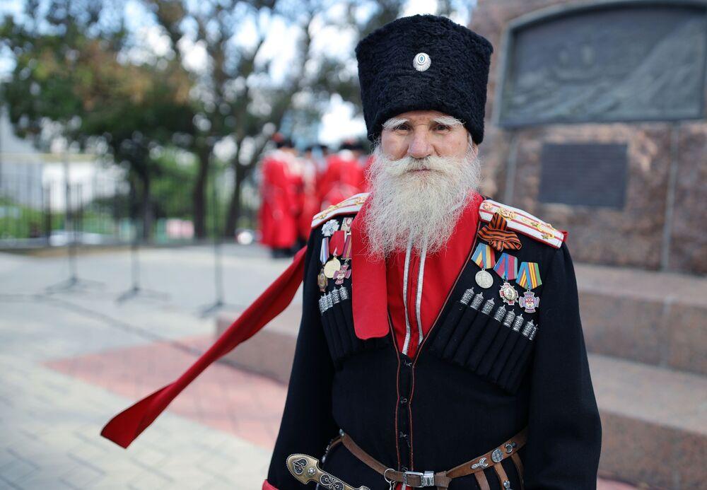 Účastník festivalu poblíž pomníku kozáků ze Záporoží