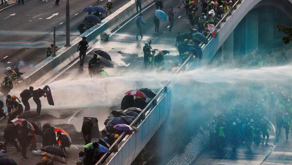 Policie používá vodní děla proti demonstrantům v Hongkongu. - Sputnik Česká republika