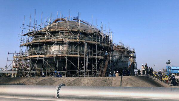 Opravy poškozeného ropného objektu společnosti Saudi Aramco v Abkajku v Saúdské Arábii. - Sputnik Česká republika