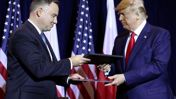 Prezidenti USA a Polska Donald Trump a Andrzej Duda si vyměňují dokumenty po podpisu deklarace o posílení spolupráce v oblasti obrany na okraj zasedání Valného shromáždění OSN (dne 23. září 2019) - Sputnik Česká republika
