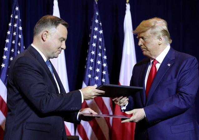 Prezidenti USA a Polska Donald Trump a Andrzej Duda si vyměňují dokumenty po podpisu deklarace o posílení spolupráce v oblasti obrany na okraj zasedání Valného shromáždění OSN (dne 23. září 2019)