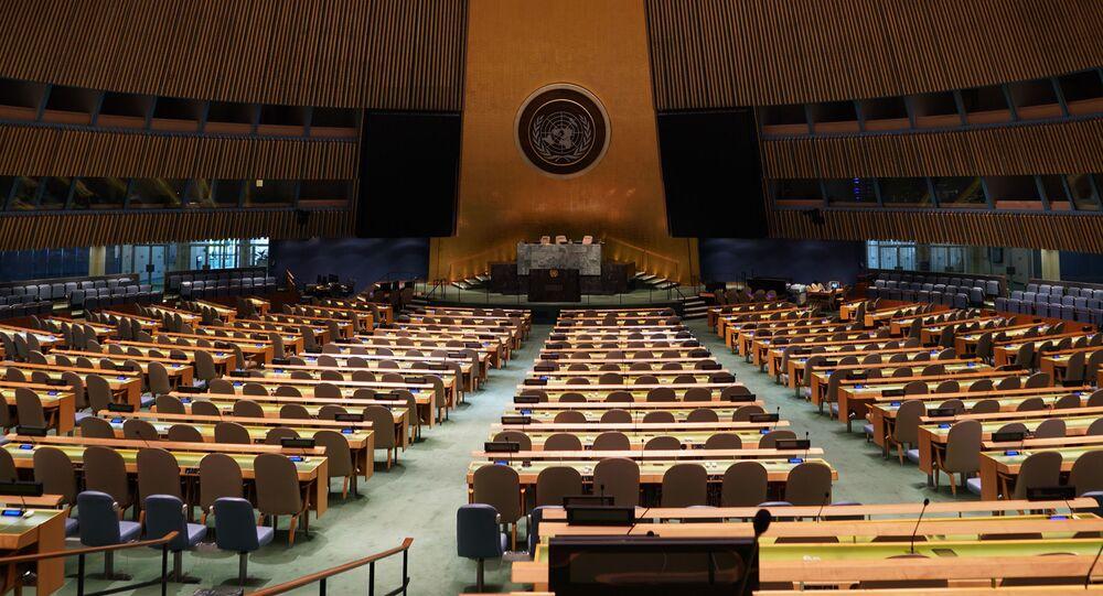 Prázdná místnost, v níž se koná zasedání Valného shromáždění OSN.