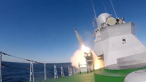 Video: Je to ruské Tornádo?  Působivé záběry  prvního startu rakety X-35 Uran přímo z paluby - Sputnik Česká republika