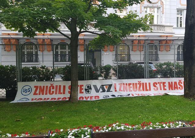 Transparent před budovu amerického velvyslanectví v Bratislavě, dne 25. září 2019