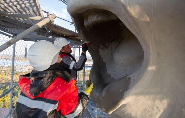 Manikúra pro Matku Vlast: Jak ve Volgogradu restaurují největší sochu v Evropě - Sputnik Česká republika