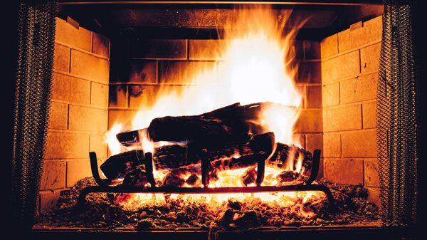 Hořící uhlí v krbu. Ilustrační foto - Sputnik Česká republika