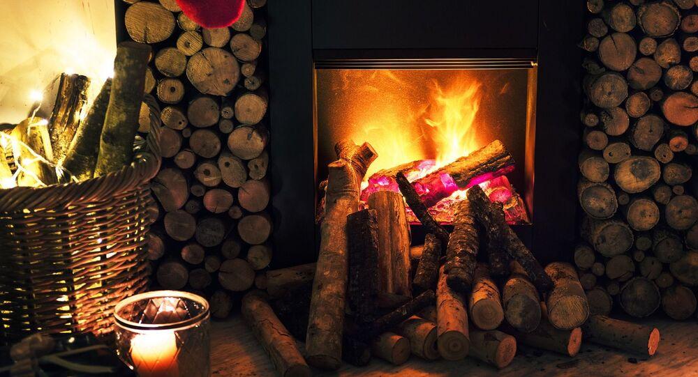 Hořící dřevo v krbu. Ilustrační foto