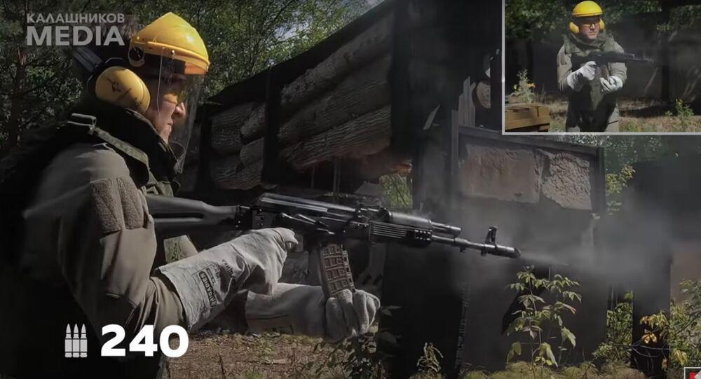 """""""Extrémní"""" likvidaci pušky Kalašnikov natočili na video"""