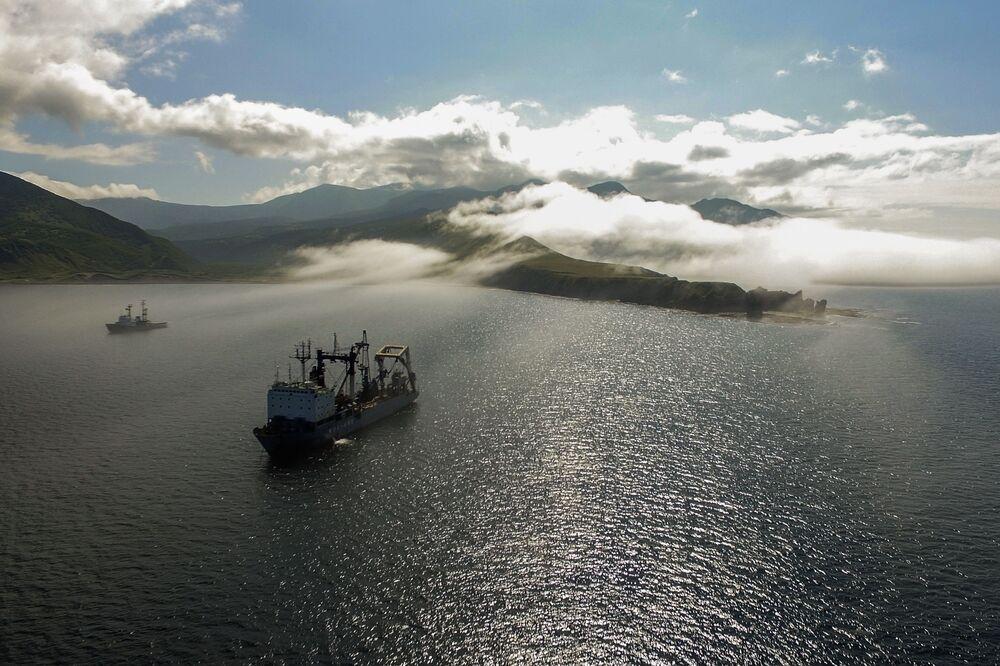 Plavidlo tichomořské flotily na cestě u Novokurilského zálivu na ostrově Urup (ostrov jižní skupiny Velkého pohoří Kurilské ostrovy)