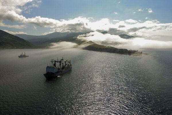 Plavidlo tichomořské flotily na cestě u Novokurilského zálivu na ostrově Urup (ostrov jižní skupiny Velkého pohoří Kurilské ostrovy) - Sputnik Česká republika