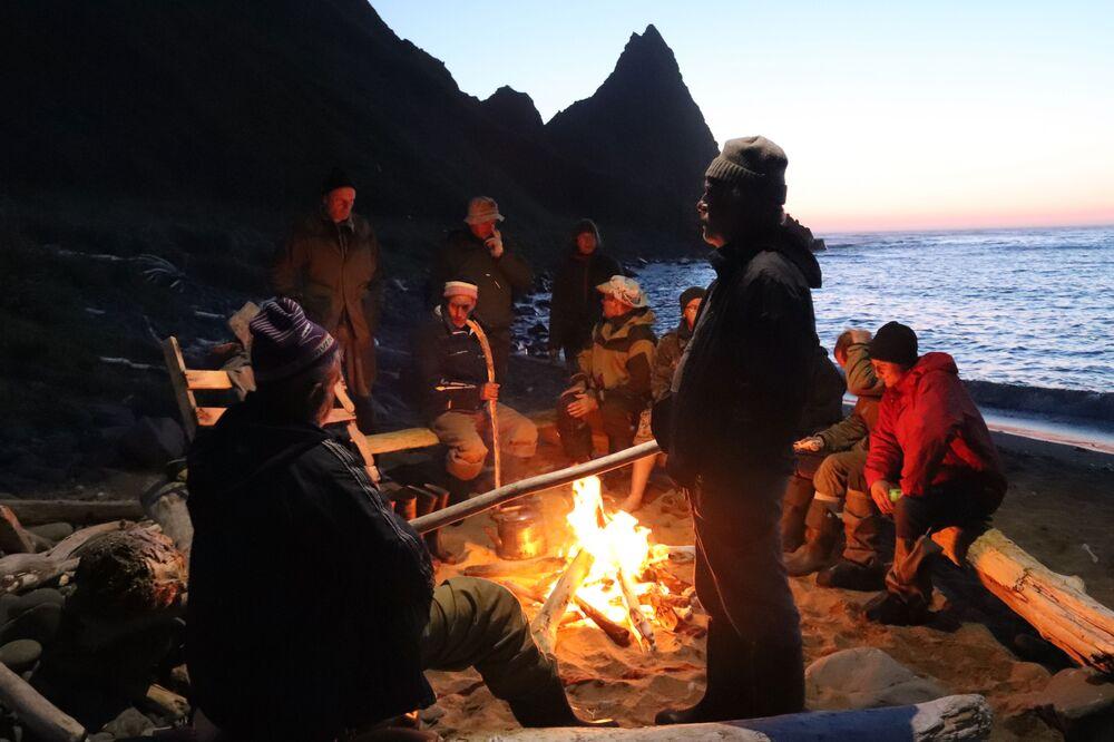 Členové expedice u ohně na břehu Šukinského zálivu, Urup