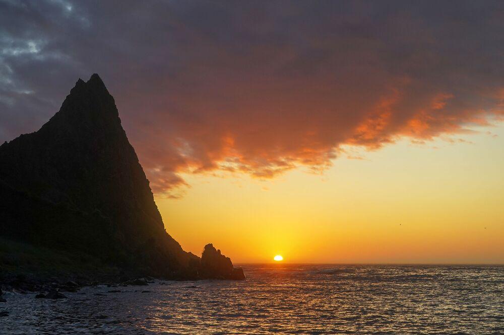 Západ slunce na mysu Vasin ostrova Urup